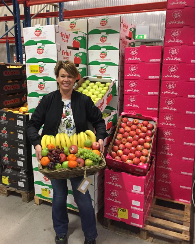 Ulrika säljer fruktkorgar